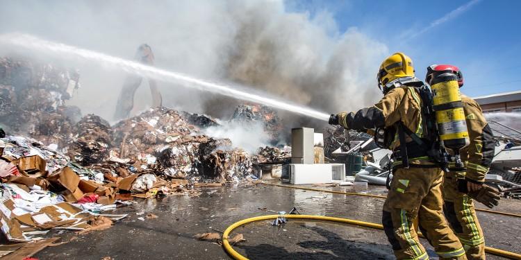 27/03/2018 ALICANTE.- incendio de un almacen de chatarra en el poligono industrial de Carrus en Elche / CONSORCIO PROVINCIAL BOMBEROS
